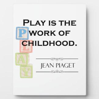 Placa Expositora Cita de Piaget - el juego es el trabajo de la