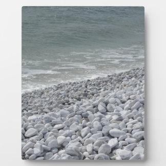 Placa Expositora Costa de la playa en un día nublado en el verano