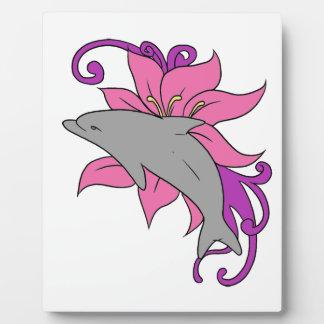 Placa Expositora Delfín al lado de un lirio