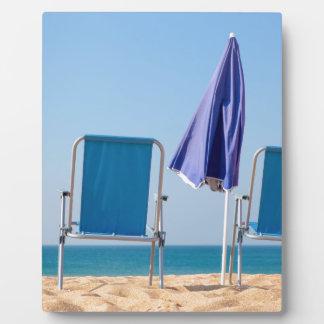 Placa Expositora Dos sillas y parasoles azules de playa en sea.JPG