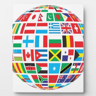 Placa Expositora El mundo señala el globo por medio de una bandera