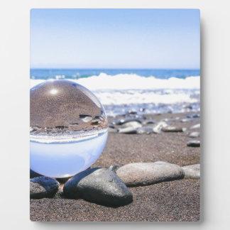 Placa Expositora Esfera de cristal en piedras en la playa y la