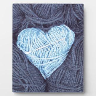 Placa Expositora Fotografía hermosa del corazón azul de las lanas