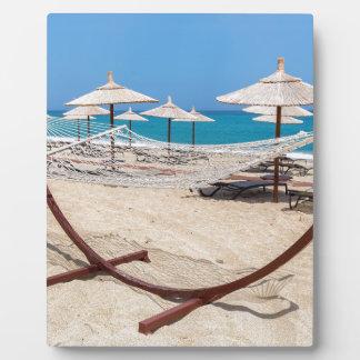 Placa Expositora Hamaca con los parasoles de playa en la costa