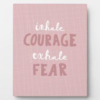 Placa Expositora Inhale el valor exhalan miedo