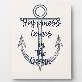 Placa Expositora La felicidad viene en el océano