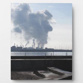 Placa Expositora Paisaje industrial a lo largo de la costa
