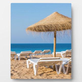 Placa Expositora Parasol de mimbre con la playa beds.JPG