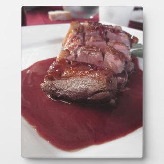 Placa Expositora Pecho de pato en la salsa de vino rojo de