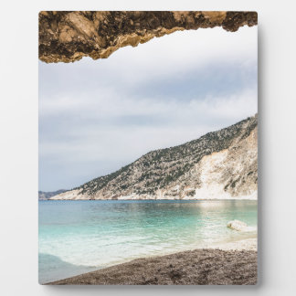 Placa Expositora Perspectiva de la cueva en la montaña y la playa