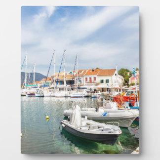 Placa Expositora Puerto griego con los barcos de navegación en