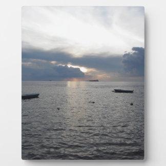 Placa Expositora Puesta del sol caliente del mar con los buques de