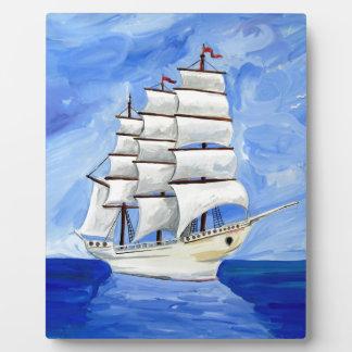 Placa Expositora velero blanco en el mar azul
