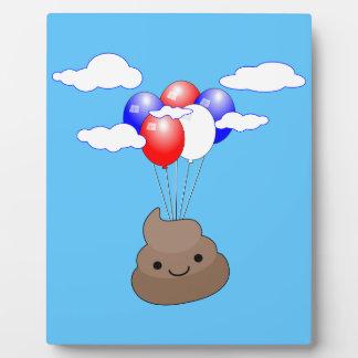 Placa Expositora Vuelo de Poo Emoji con los globos en cielo azul