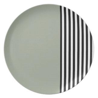 Placa negra y blanca de las rayas plato