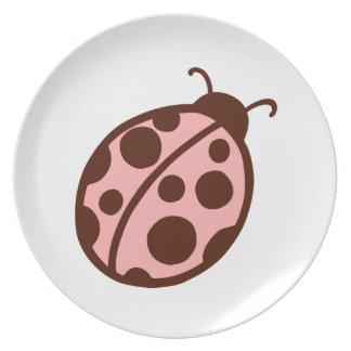 Placa rosada linda de la mariquita platos