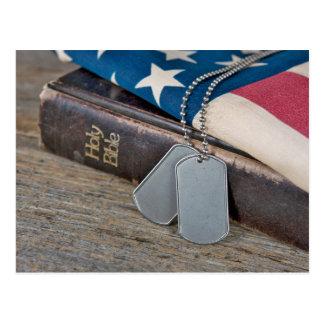 Placas de identificación militares en la biblia postal