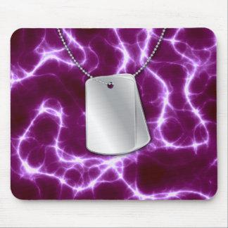 Placas de identificación y relámpago púrpura alfombrilla de ratón