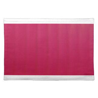 Placemat rojo color de rosa con los bordes blancos salvamanteles