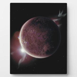 planeta rojo en el universo con aureola y placa expositora