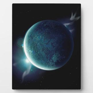 planeta verde en el universo con aureola y placa expositora