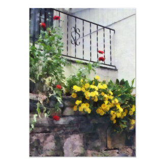 Plantador con el cactus floreciente amarillo invitación 12,7 x 17,8 cm