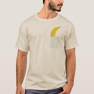 Plátano divertido en su camiseta del bolsillo