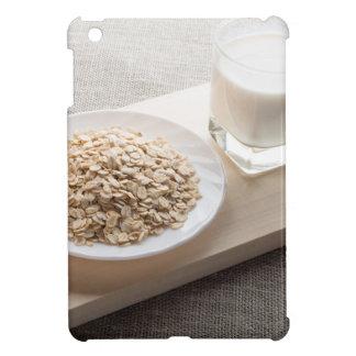 Platillo del cereal y de un vidrio de leche en el