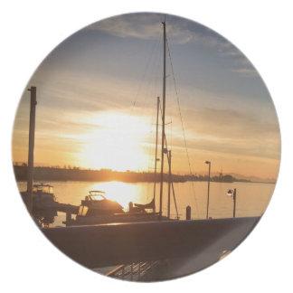 Plato Barcos en puerto deportivo en la puesta del sol