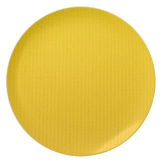 Plato Chica que camina contra la pared amarilla enorme