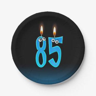 Plato De Papel 85o Cumpleaños con números encendidos de la vela