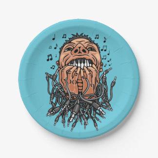 Plato De Papel el músico juega en sus dientes como en el teclado
