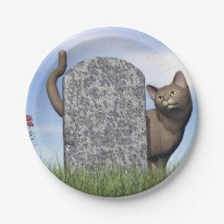 Plato De Papel Gato triste cerca de la piedra sepulcral