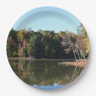 Plato De Papel Reflexión del lago de las hojas anaranjadas de la