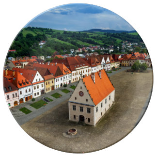 Plato De Porcelana Vieja plaza en Bardejov por día, Eslovaquia