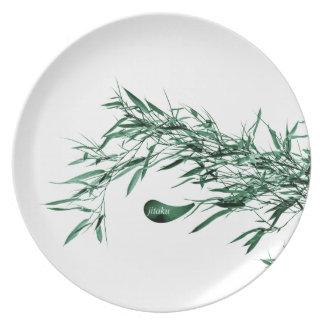 Plato El bambú verde de Jitaku sale de la placa de la