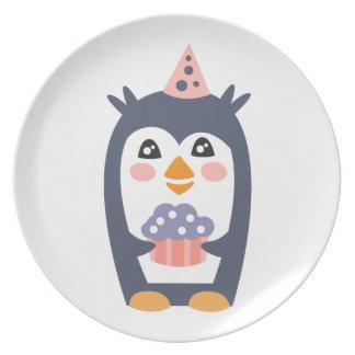 Plato El pingüino con el fiesta atribuye enrrollado