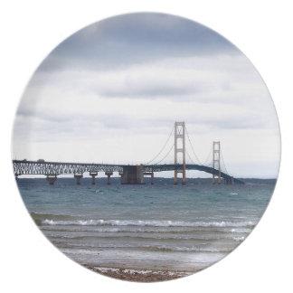 Plato El puente de Mackinac