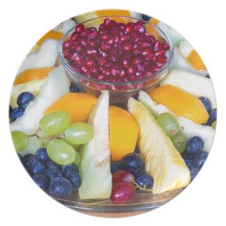 Plato Escala de cristal por completo de diversas frutas