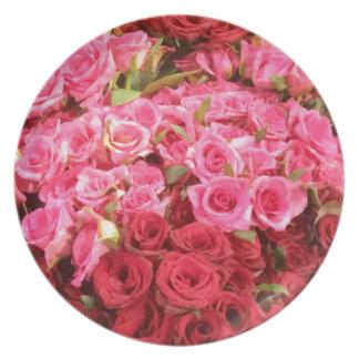 Plato Flores en los rosas de Filipinas, rosados y rojos