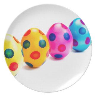 Plato Huevos de Pascua pintados en fila en el fondo