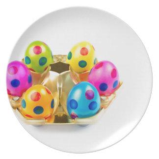 Plato Huevos de Pascua pintados en la bandeja del oro