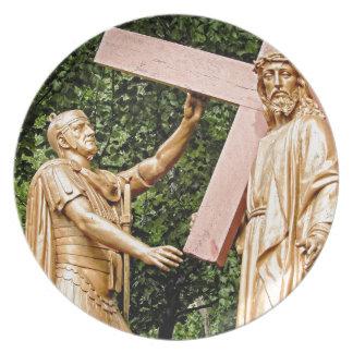 Plato Jesús lleva la cruz