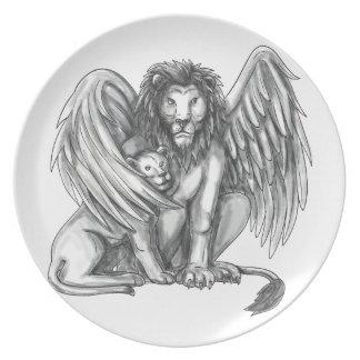 Plato León con alas que protege el tatuaje de Cub