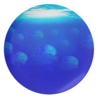 Plato Medusas azules del grupo en la natación de Océano
