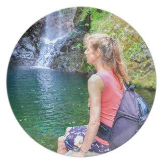 Plato Mujer holandesa que se sienta en roca cerca de la