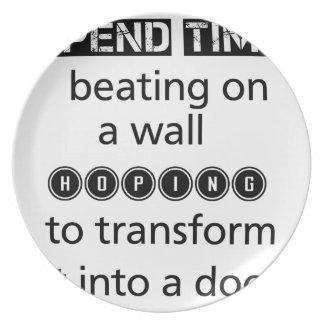 Plato no pase el golpeo del tiempo en una pared que