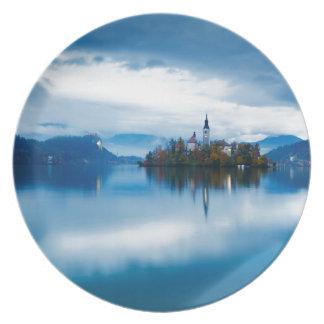 Plato Oscuridad del otoño en el lago sangrado