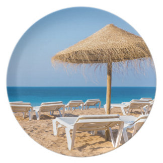 Plato Parasol de mimbre con la playa beds.JPG
