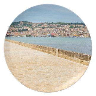 Plato Puerto griego Argostoli de la ciudad con el camino